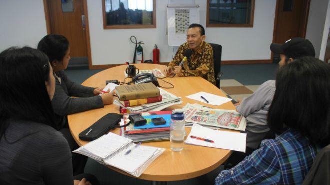 Diskusi tim BBC Indonesia dengan Maskun Iskandar tentang dinamika bahasa