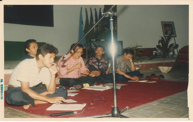 Penulis menjadi moderator diskusi Bulan Bahasa 1995 di Auditorium IKIP Malang dengan narasumber Dr.Hazim Amir, M.A.